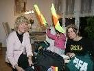 FIFA-Schiedsrichterin Cindy de Oliveira, Mutter Inka und Cousine Martina beim Koffer packen.