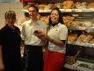GF Gitti Ender, Marcel Ender und Hara Aydin fühlen sich wohl in den neuen Geschäftsräumen von der Bäckerei Plazi Bäck Im Buch in Götzis (v.l.)