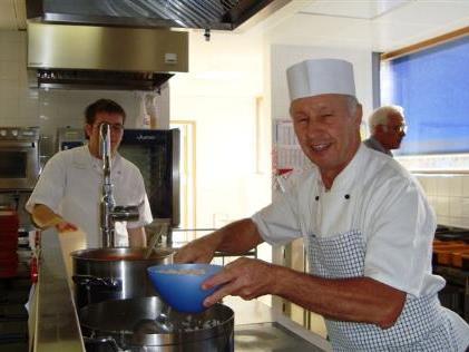 Gerhard Bischofberger bereitet die Gerichte zu