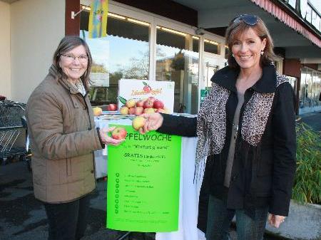 """Maria Fischer und Veronika Hehle verteilten gratis """"Vitaminbomben"""", einen frischen Apfel."""