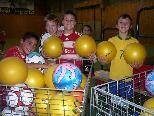 Mit möglichst vielen verschiedenen Bällen spielen, das ist in der Ballschule möglich.