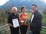 Rodelobmann Helmut Tagwerker, Übungsleiterin Martina Steu und Sportreferent Arthur Tagwerker freuen sich über die erhaltene Auszeichnung (von links).