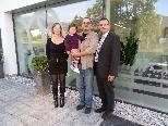 Sabrina Gorbach (HMP-Team), Gewinner Thomas Huber mit Tochter und HMP-GF Peter Holzner.
