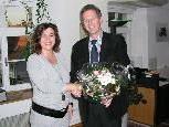 Bgm. Richard Amann gratuliert Nadja Bald zur bestandenen Prüfung.
