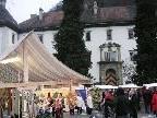 Der Emser Weihnachtsmarkt vor der malerischen Kulisse des Emser Palastes.