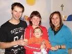 Der kleine Linus mit seinen Eltern Gallus und Silke Blank und Tennistrainerin Ianthé Kulhaj.