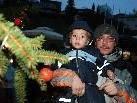 Die KInder schmückten gemeinsam mit ihren Eltern den Christbaum auf dem Dorfplatz.