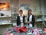 Die Künstlerin Elfi Pultar und die Verkaufsberaterin Melitta Ortner zeigen die Ausstellungsprodukte
