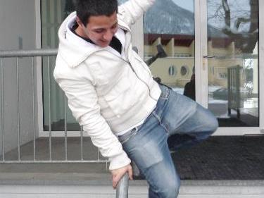 Hasan freut sich über den erfolgreichen Abschluss.