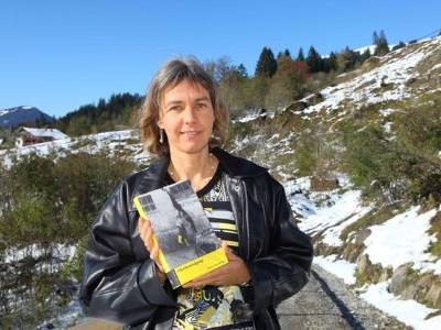 """Martina Mittelberger mit ihrem Buch """"Flurbereinigung"""""""