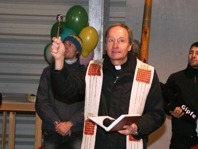 Pfarrer Mag. Georg Willam bei der Einweihung der neuen Gipfelbahn.