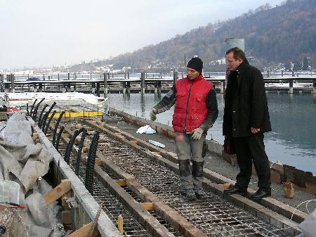 Baudirektor DI Dr. Bernhard Fink erkundigt sich am alten Molo über den Stand der Arbeiten.