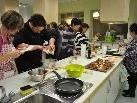 Bei der Vorbereitung des siebengängigen Menüs hatten alle die Hände voll zu tun.