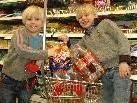 Benedikt und Maximilian kaufen bei ihrer Heimreise noch schnell im Sparmarkt Dalaas ein.
