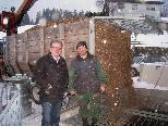 Bgm. Hermann Gmeiner mit Landwirt Christoph Rädler bei einer Hackschnitzel-Anlieferung.