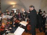 Chorleiter Josef Bachmann dirigiert den Kirchenchor