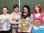 Die Künstlerin Maria Gabriel mit Schülerinnen der Fachschule
