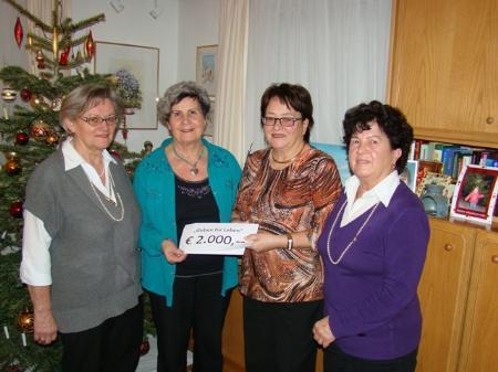 """Die Organisatorinnen des """"Tausend-Lichter-Festes"""" überreichten Vereinsobfrau Herlinde Marosch die 2000-Euro-Spende."""