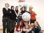 Die Schülerinnen mit der Künstlerin May - Britt Chromy