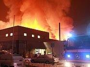 Feuerwehr kämpft gegen Großbrand in Linz