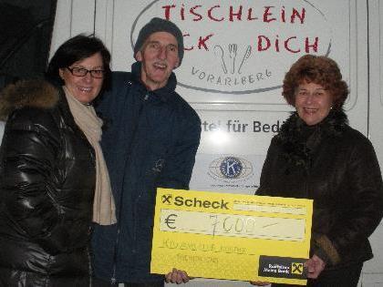 Foto  v.l.n.r. Präsidentin Beatrix Wiedemann, Hr. Stüttler und Charitydame Stefanie Kessler