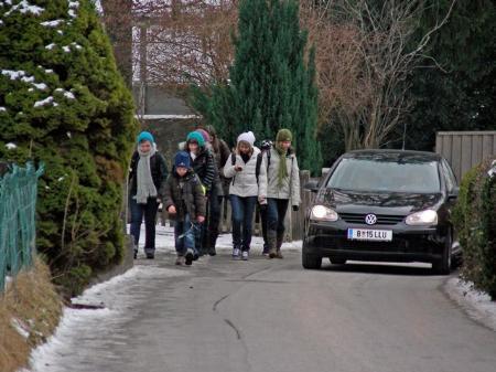 Für Schüler und Autos wird es am Haldenweg sehr eng.