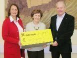 Monika Reis und Sozialstadtrat Kurt Linder mit Hilfwerk-Obfrau Gertrude Klien (Mitte)