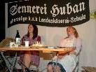 Moos-Elfi und Dorf-Sabine auf der Bühne.