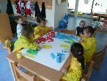 """Ob beim Malen, Spielen, Singen oder Basteln: Kleinkinder werden im """"Zwergennest"""" liebevoll betreut."""