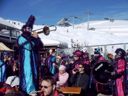 Schalmeien und Guggamusikgruppen auf der Panorama-Terrasse.