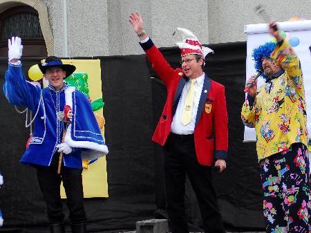 Schlüsselübergabe durch Bürgermeister Werner Schneider an Prinz René und Prinzessin Ursula in Höchst