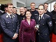 Stadträtin Sonja Wehsely bei der Übergabe der neuen Kohlenmonoxid-Alarmgeräte an die Wiener Rettung.