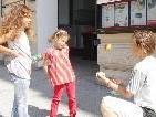 Stadträtin und Jonglierexpertin Elisabeth Märk zeigt, wie man mit Bällen jongliert.