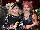 Zwei besonders hübsche junge Damen.