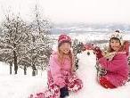Über dem Rheintal haben die Kinder viel Spaß im Schnee.