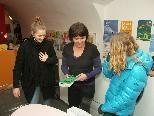 "Bild: Andrea Thaler (2.v.l.) mit Jugendlichen im Feldkircher ""aha""."