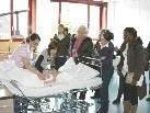 Bild: In Rahmen der Info-Lounge wird über die verschiedensten Pflegebereiche informiert.