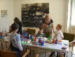Bild: May-Britt Nyberg Chromy mit den Kids beim Malen.