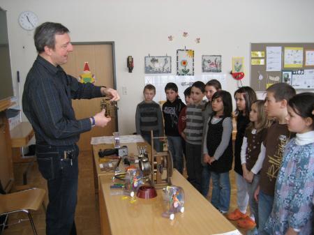 Der Uhrenmacher brachte den Schülern sein Handwerk näher.