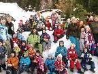 """Die Buben und Mädchen des Kindergartens Merowinger genießen ihre """" Schneewoche """" in Furx."""