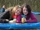 Die beiden Freundinnen Annabel & Lena genossen einen Drink auf dem Trampolin im Garten