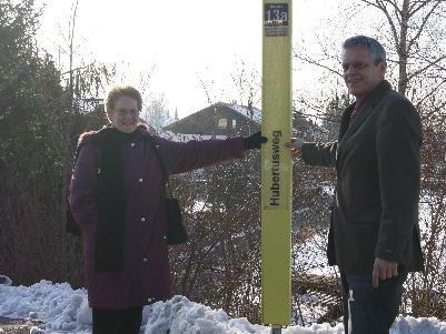 Elisabeth Matt und GR Christian Österle vor der neuen Haltestelle Hubertusweg