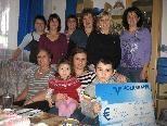 Familienverband Klostertal überreicht den Scheck an die glückliche Familie