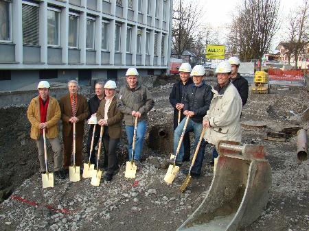 Gemeindepolitiker, Exponenten beteiligter Firmen und Angestellte des Bauamtes feierten mit Anrainern den Baustart.