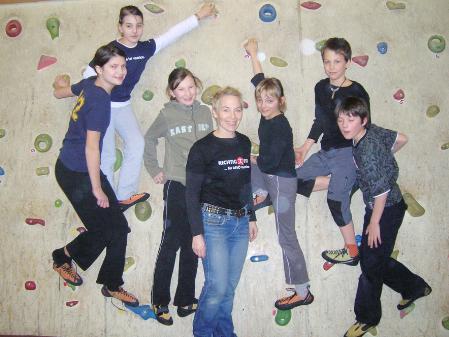 Jugendleiterin Beate Luger mit jungen Alpenvereinsmitgliedern.