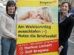 Ortsobfrau Veronika Marte und Landesgeschäftsführerin Tanja Böhler präsentieren Plakat