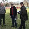 Platzwart Herbert Palli, Schiri Dominik Ouschan und FCD Sportchef Dietmar Ölz.