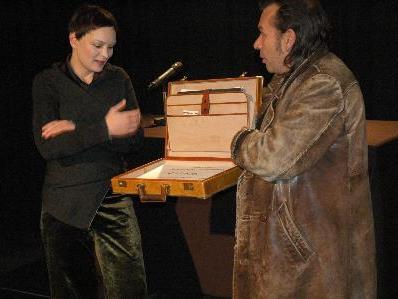 """Spendenpräsentation, die im Theater KOSMOS im Zuge der Produktion """"BENEFIZ – Jeder rettet einen Afrikaner"""" von Ingrid  Lausund gesammelt wurden"""