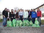 Zehn Säcke Müll sammelten die Zweitklässlerinnen.