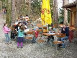 """Bild: Bei einem Spaziergang durch den Wildpark Feldkirch ist der Besuch des Wildparkkiosks für Jung und Alt eine liebe """"Pflicht""""."""